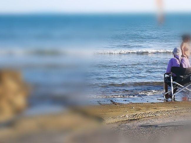 il vecchio ed il mare... Beautiful Colors Decadenza Colorata Solitudini Colorized Contemplazione Tranquility Point Of View Elementi Naturali Water Sea Beach Men Sand Wave Sitting Sky Horizon Over Water