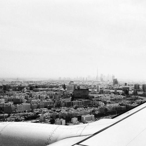 Dubai skyline flying into DubaiInternationalAirport from Najafairport . Burjkhalifa Airplanes Dubai Flydubai Skyline Ztprod