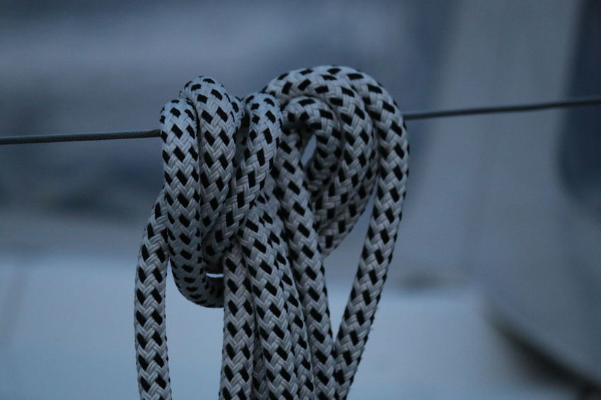 Bootszubehör Leinen Los Architecture Built Structure Cable Close-up Communication Connection Day Focus On Foreground Hanging Intertwined Leinen Nature No People Outdoors Pattern Rope Safety Selective Focus Strength Technology Wire