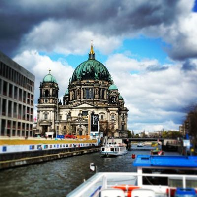 Der wunderschöne Berliner Dom . Berlin Spree Schiff Sightseeing M_okbuilding