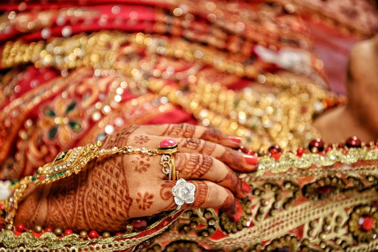 Indian Ceremony Rings 💍 Marriage Ceremony Dulhan Wedding Photography Weddingphotography Weddingstory Indian Mehdi Indian Marriage Ceremony Gold Jewelry Cultures Close-up Bracelet Necklace Henna Tattoo Pearl Jewelry Jewellery Finger Ring Sari Ornament Embroidery Bangle Bead Sequin Gemstone  Semi-precious Gem Ruby Diamond - Gemstone