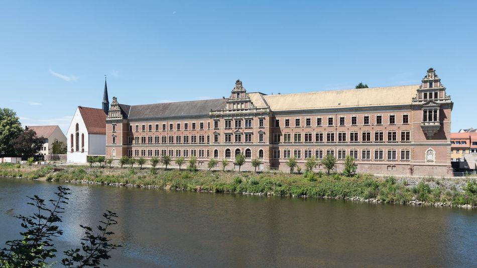 Deutschland Grimma Gymnasium St. Augustin Architektur Fassade Fluss Keine Mensche Mulde Sachsen Tag