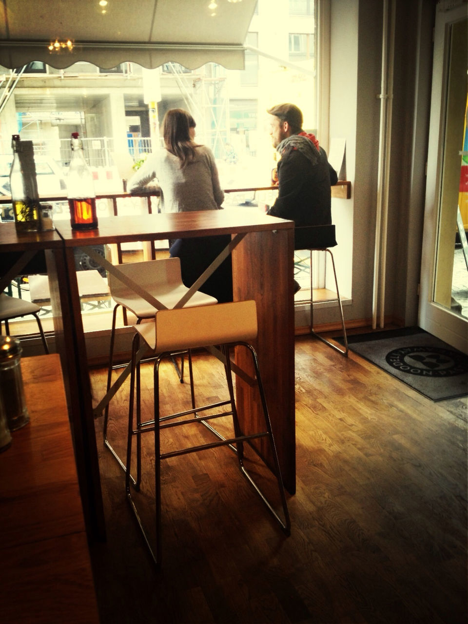 table, restaurant, indoors, sitting, chair, real people, cafe, leisure activity, two people, men, full length, lifestyles, women, togetherness, friendship, day, young adult, adult, people