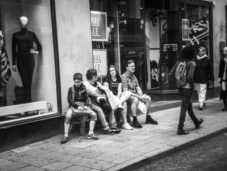 Resting family Have A Break Family Streetphotography Streetphoto_bw EyeEm Stockholm People Watching Peoplephotography Scène De Vie Traveling Pessoas