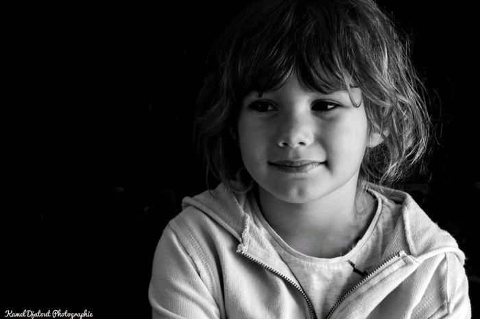 Salut à toutes et tous, Petit portrait d'une de mes filles: Alicia Nikon D300 70mm F/4,5 1/40s Qu'en pensez-vous ? Child Children Only Portrait One Girl Only Black Background Girls Indoors  France 🇫🇷 Grenoble France Djatout Dark Background One Person