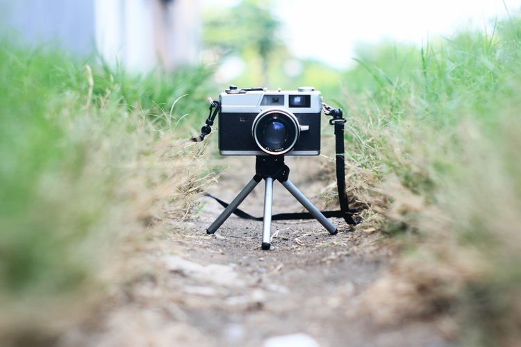Camera - Photographic Equipment Close-up Day Digital Camera Grass No People Old-fashioned Outdoors Photography Themes SLR Camera Technology Tripod Lieblingsteil