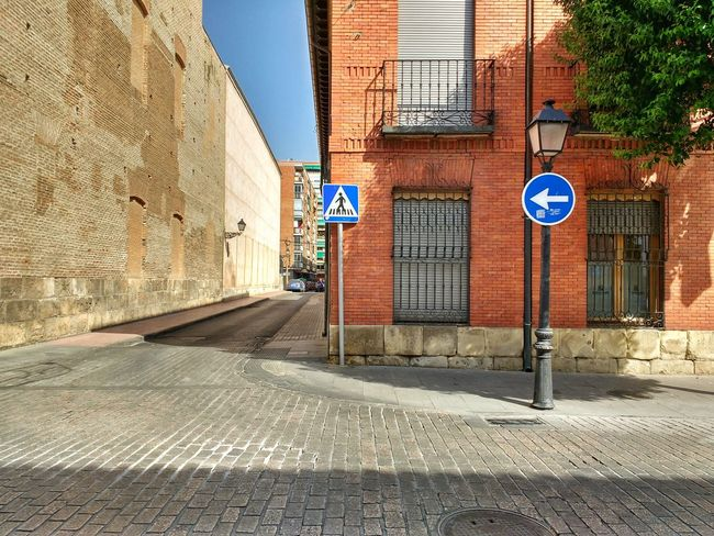 Empty Street Traffic Signals Pavement Window Balcony Shutters Curve Eyeemphoto The City Light The Secret Spaces The Street Photographer - 2017 EyeEm Awards Neighborhood Map Places Of Alcalá De Henares Colour Your Horizn