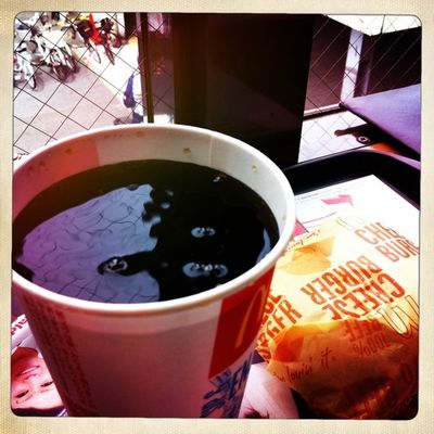 ファストフードのドリンク類は氷で薄まるのが嫌で氷抜きをお願いするんだけど、ここまで目一杯入れてくれなくてイイよねw 因みにマクドのアイスコーヒーは氷抜きにするとぬるいから要注意