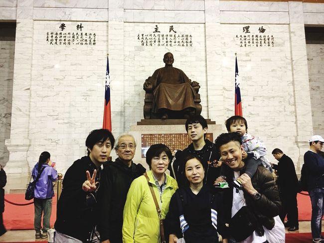 家族写真。デカイの俺。 Familyshot Familys Men Large Group Of People Standing Women Architecture Day People