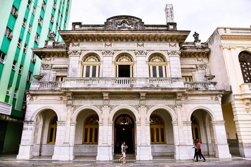 Architecture Building Exterior Built Structure Arch Architectural Column Outdoors Façade Day Statue Travel Destinations Sculpture Real People Sky Santa Clara Cuba Cuba The Architect - 2017 EyeEm Awards