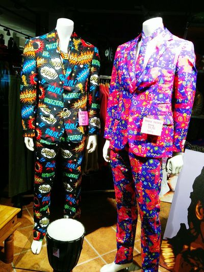 Anzug Anzüge Laden Boutique Schaufenster Schaufensterpuppe Schaufensterdeko Bunt Krawatte Comic Sprechblase
