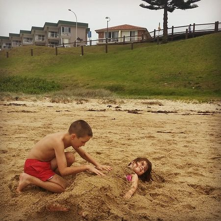 Mi hijos en la playa disfrutando el día. At Theentrance having Fun Dayout Beach centralcoast