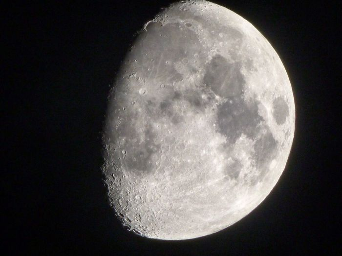 Me and the Lumix are getting on pretty well together, this is photographic proof of that i hope! Taken this clear and cold eve in the northwest of England with nothing but my bare hands and a brilliant optical zoom Notripod Moonphotography Moon Lumix Fz72 🌔