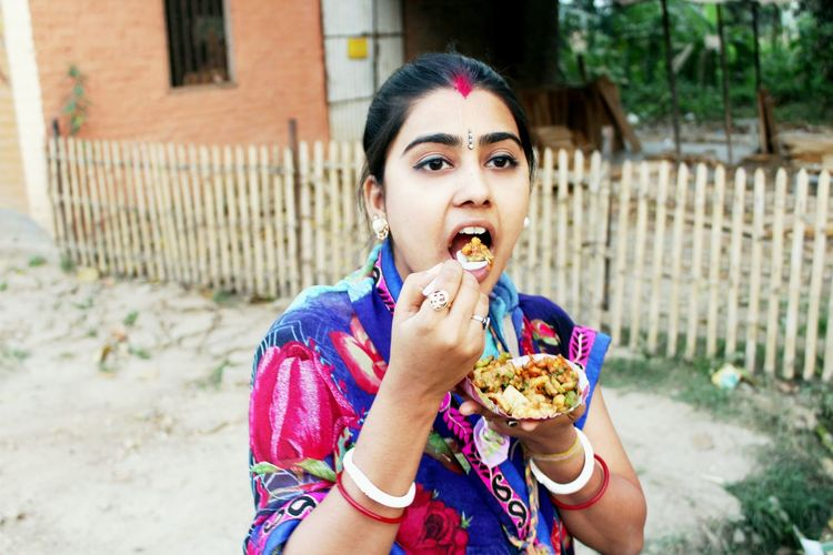 Travel Eat Potrait Action Shot  India Travel Streetphotography Streefood Travel India Bengal Yummy Foodie Explorer Adventure Flavor Young Women Portrait Eating Fast Food Women Looking At Camera Snack Sitting Biting Individuality Eaten Tourism EyeEmNewHere The Street Photographer - 2018 EyeEm Awards The Portraitist - 2018 EyeEm Awards