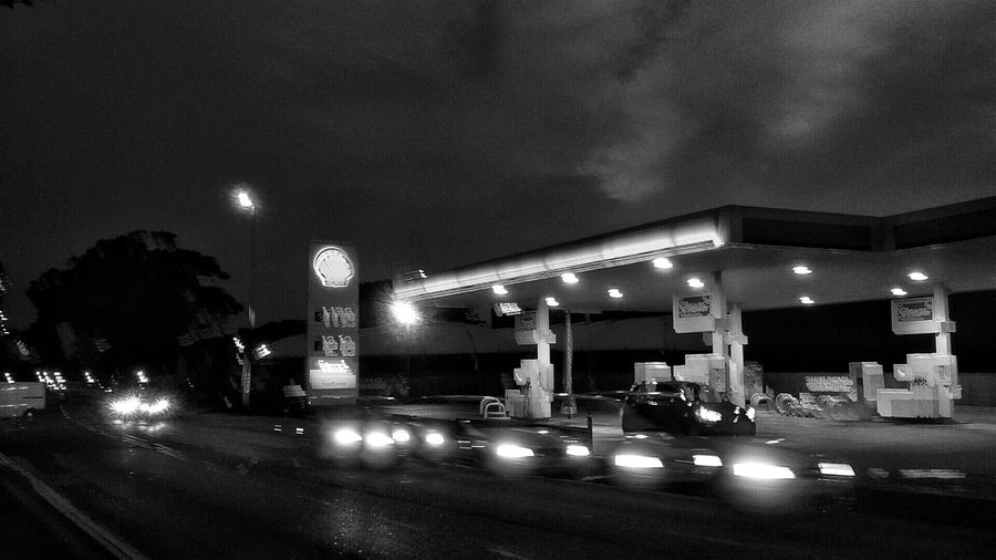 I guess is always interesting to do some exercises with handheld photography and long expositions...a bit of gimmicks 😊🌒 Nightphotography Lights Slow Speed Effects Night Mobilenightphotography Monochrome Petrol Station Cars