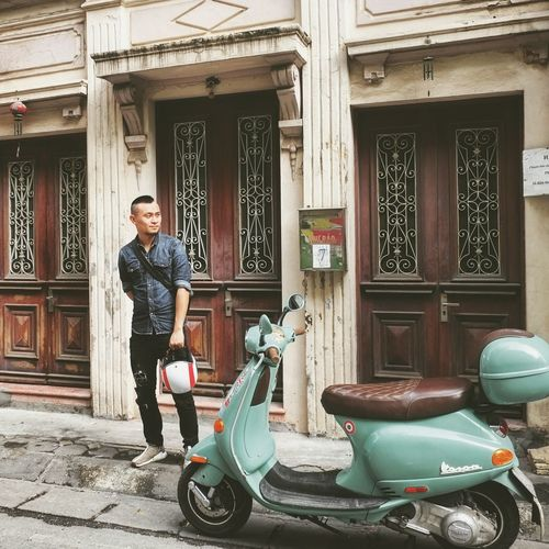 waiting for my friend . #vespa ET8 Lunarnewyear 2018 Frenchantique One Man Only One Person Adults Only Only Men Building Exterior Day Mid Adult
