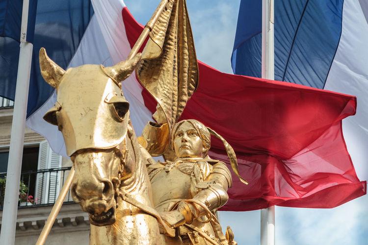 La statue équestre de Jeanne d'Arc est une œuvre du sculpteur français Emmanuel Fremiet. Elle est située place des Pyramides, dans le 1ᵉʳ arrondissement de Paris, en France. Cheval Drapeau Drapeau Bleu Blanc Rouge Emmanuel Frémiet Jeanne D'arc Monarchie Nationaliste Place Des Pyramides Sculpture Statue Statue équestre Statue équestre De Jeanne D'Arc