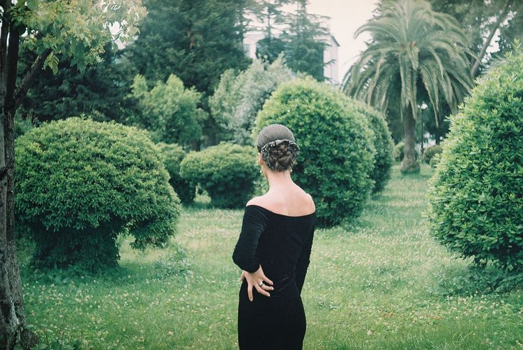 EyEmNewHere Adult Beauty In Nature Clothing Day Green Color Growth Hairstyle Land Leisure Activity Lifestyles Nature One Person Outdoors Plant Real People Rear View Standing Three Quarter Length Tree Women Young Adult The Portraitist - 2018 EyeEm Awards The Great Outdoors - 2018 EyeEm Awards EyeEmNewHere 10 My Best Photo