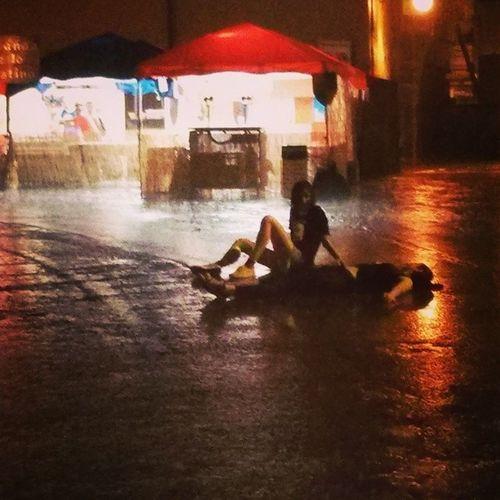 """Una di notte. Pioggia a secchiate. Due ragazze in mezzo alla strada se la godono. """"La giovinezza è un'ebbrezza continua: è la febbre della ragione."""" (François de La Rochefoucauld) Giovinezza Ragazzi Senzapensieri Finaleemilia finalestense"""