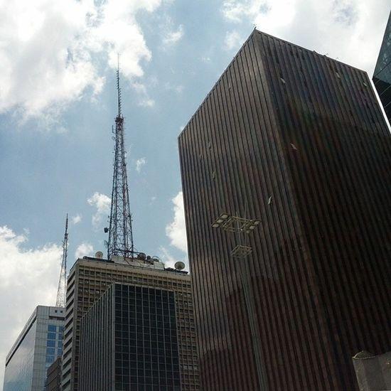 A torre da Metrô FM. Através desta antena SP já me ouviu...