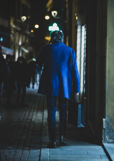 Business man walking in the nigth