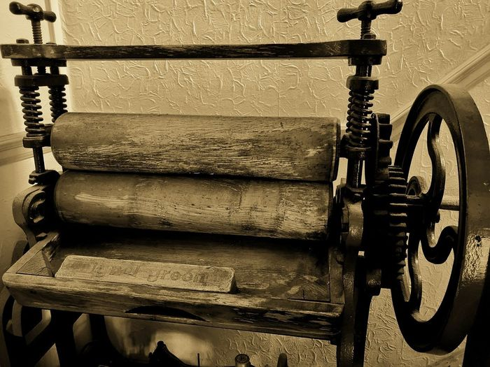 Mangle Mangle Clothes Press Iron Old Old-fashioned Worn Vintage EyeEm Best Shots EyeEmNewHere EyeEm Gallery Huawei P20 Pro Huaweiphotography Huawei P20 Pro Photography Close-up Machine Worn Out Tool Discarded