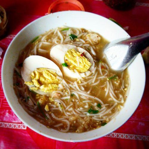 အာပူလွ်ာပူ Hot and Spicy noodle with fish soup Myanmarfood Myanmarcuisine Myanmarsnack Myanmar Mandalay Burma Igers Igersmyanmar Igersmandalay Igersburma Hot_and_ spicy Egg Fish_soup Noodles