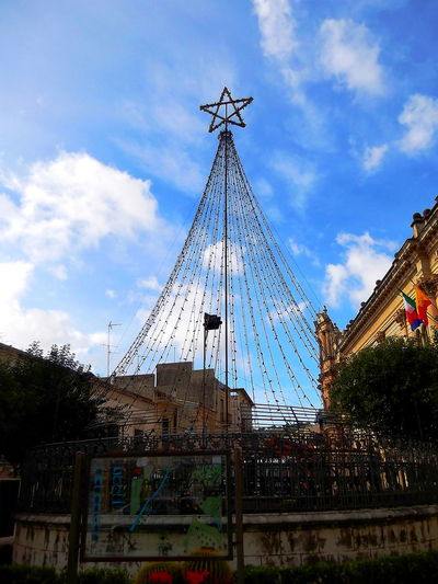 Albero Di Natale Realizzato Con Le Luci Andrea Camilleri BaroccoSiciliano Cielo Nuvoloso Città Barocche Della Val Di Noto Cloud - Sky Il Commissario Montalbano Inverno Low Angle View Luci No People Outdoors Piazza Del Municipio Scicli Sicilia Sky Stella Travel Destinations UNESCO World Heritage Site Via Francesco Mormino Penna