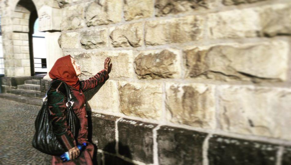 One Person Mum MyMum Lifestyles Real People Leisure Activity Outdoors Travel Deutschland. Dein Tag Germany🇩🇪 Germany 🇩🇪 Deutschland GERMANY🇩🇪DEUTSCHERLAND@ Velbert Photos Official EyeEm © Deutschland German Male Likeness Velbert Neviges Human Representation Built Structure Building Exterior Velbert No People Close-up German Shepherd Statue