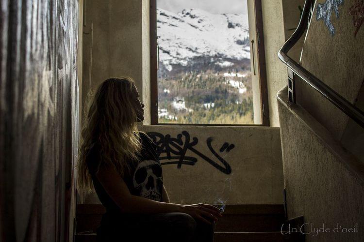 Streetart Montains    Montagne Women Smoke Femme Tag Graffiti Graffiti Art Inspirations Fenêtre Sur Le Monde Von Stein Immeuble Abandonné Squat The Street Photographer - 2016 EyeEm Awards