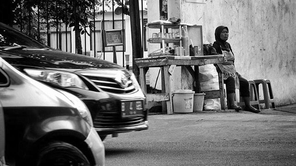 Good morning.. . Streetphotography Streetphoto_bw Monochrome Blackandwhitephotography Bw Bw_indonesia Bw_lover Bw_awards Ig_captures_bw Bnw Bnw_life Bnw_globe Bnw_society Bnw_planet Ae_bnw Sonyphotography Sonyphotogallery Mobilephotography Mobilephonephotography Sonyxperiaz1 Snapseed