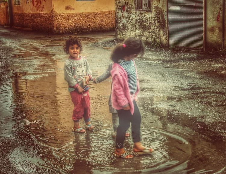 Full Length Two People Childhood Outdoors Child Real People Standing Togetherness Architecture Streetphotography EyemBestEdits EyeEm Best Shots Eyem Türkiye EyeEm Day Happiness Smiling Water Playing Cheerful Little People