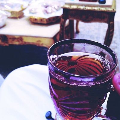 انت گ الشاي تماما و انا ك السكر كلما اذبتَ قلبي تزداد حلاوةً فيه ?