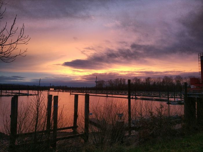 361/365 Sunset in Wedel Photo365 Bilsbekblog Xiaomiography XiaomiMi5s Smartphoneography Photooftheday Sorcerer86 Eyeemgermany Eyeemwedel Sky Outdoors Sunset No People Day Nature Water