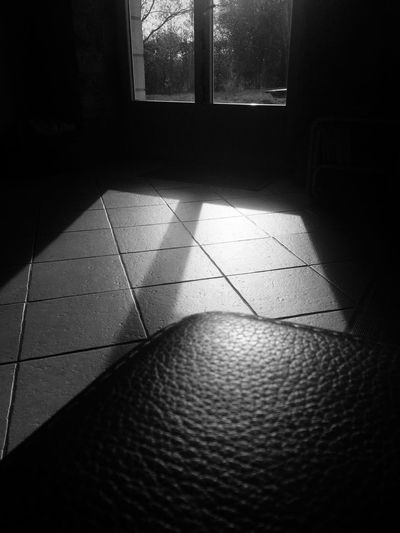 Darkness And Light Chez Moi Noiretblanc Noir Et Blanc Black And White Leather Sofa Sun Window