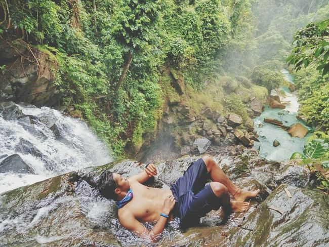 Mandi 😂🍃🌱 Vacations Water Relaxation Lifestyles Healthy Lifestyle Men Outdoors Summer Travel Destinations Vscocam Adventure Vscogood Vscorussia Indonesian Manado INDONESIA Waterfall Nature Beauty In Nature Landscape Amurang