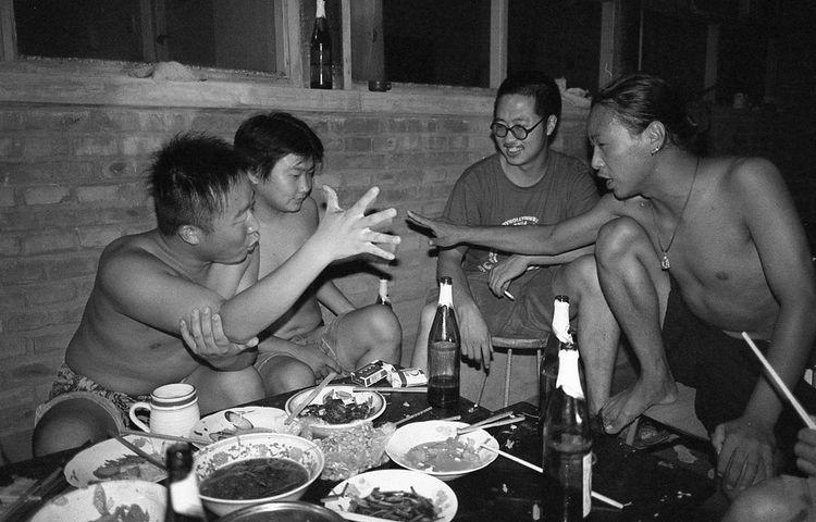 夏夜里邀三、五好友,扒拉几个小菜,一人几瓶啤酒,就可畅聊一晚。为助酒兴还需行些酒令。图为马上与文子行酒令。2004年 12820764 5093 10909308 1613
