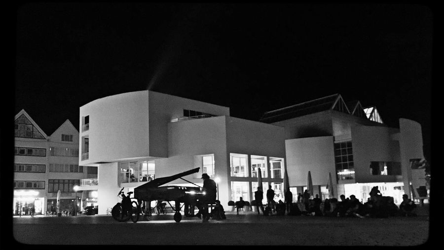 More... Klavierkunst 😊🎶🎵🎶✨💫 Enjoying Life Whatever Iphoneonly IPhoneography Black And White Klavier Piano Music Blackandwhite Klavierkunst Group Of People Night Crowd Large Group Of People Building Exterior Architecture Real People Illuminated City City Life Building Street Leisure Activity