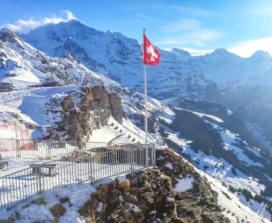 Swiss alpine dream 😍❄️🇨🇭 Berglandschaft Alpen Switzerland Fahne Swiss Snow Winter Mountain Flag Patriotism Cold Temperature Snowcapped Mountain Nature Mountain Range Scenics Beauty In Nature White Color Tranquil Scene No People Landscape