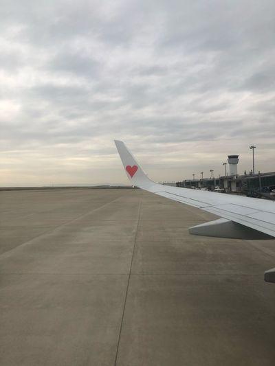 今日は赤いハート♥️✈️ #スカイマーク #SKYMARK Skymark Airlines Skymark Kobeairport Kobe Sky Cloud - Sky Transportation Air Vehicle Airplane Airport Aircraft Wing