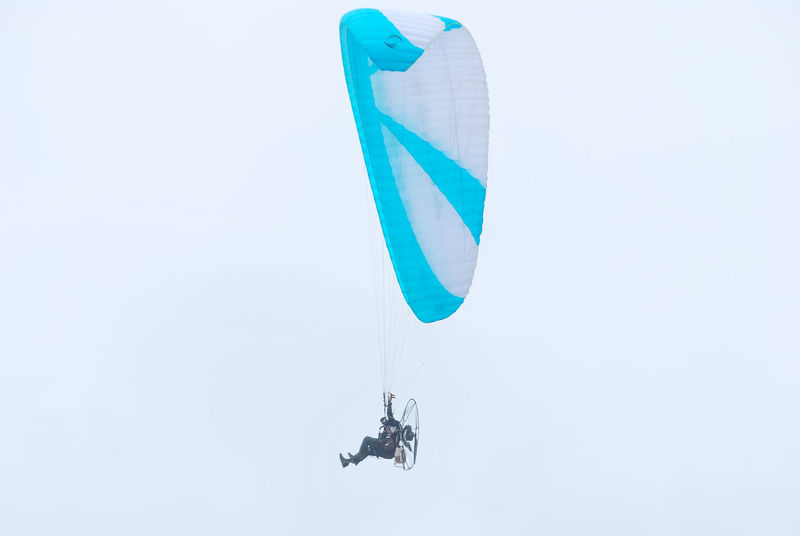 Fly White Background Day Minimalism Paramotor Flying Fly Outdoors Flying In The Sky Parashut Aero Aero Sport Extreme Sports Sport Sports Photography Sports Paralayang Leisure Activity Lifestyles Minimalist Low Angle View Highkey Parachute Paragliding Mid-air