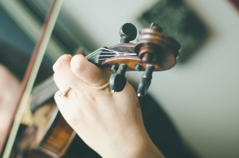 Arts Culture And Entertainment Close-up Day Holding Human Body Part Human Hand Lifestyles Music Musical Instrument Musical Instrument String Musician One Person People Plucking An Instrument Skill  String Instrument Violin Violinist