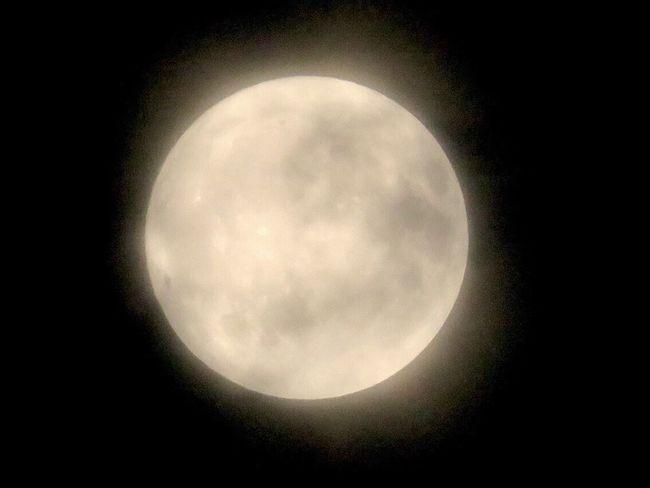 20171005 今夜の月✨十六夜✨月齢 15.3。雲が多め。かなりボケてるけど…(๑˃̵ᴗ˂̵) ✨ 明日の満月…お天気下り坂みたいなので、見れそうにないかな…(>_<) Moon Night Sky 夜空 月 十六夜