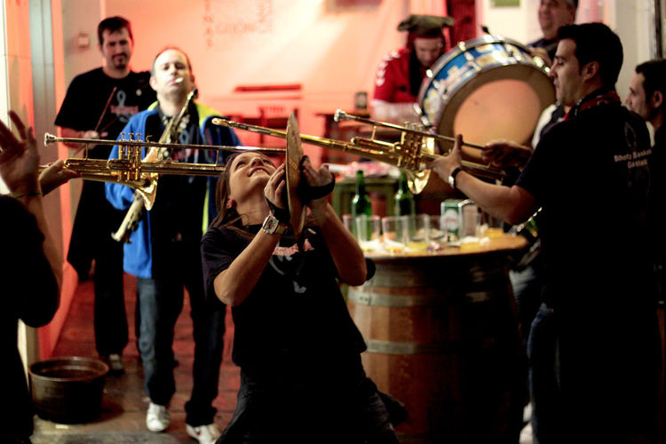 a street band is playing in Mlalaga Arts Culture And Entertainment Band City Enjoyment Evening Fun Gute Laune Laut Loud Malaga Music Musicians Musikanten Musiker Straßenmusiker Street Street Band Street Photography
