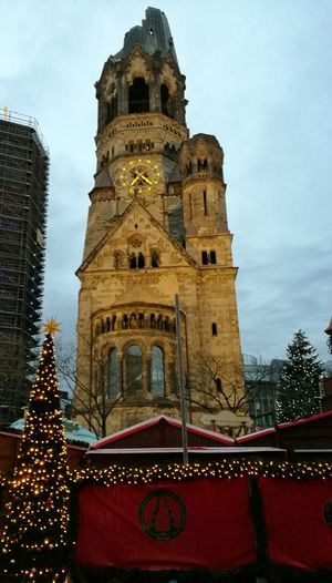 ein Ort der Besinnung. Beten für Berlin Ichbineinberliner Prayforberlin Je Suis Berlin Tower Low Angle View Architecture Built Structure Sky Outdoors Clock Tower Breitscheidplatz Gedächtniskirche Berlin Berlin Photography Best EyeEm Shot The Week On Eyem Berliner Ansichten Berlinstagram Christmas Market Christmas Tree Christmas Time Kurfürstendamm Winter