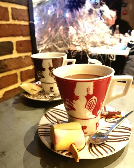 Pause chocolat chaud Hot Chocolate Christmas Lights Coffee - Drink Coffee Cup Food And Drink Heat - Temperature Drink Saucer Table Indoors  Cafe Close-up No People Food Sweet Food