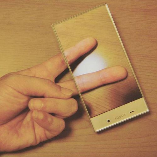 Aquoscrystal ぴーす 指 手 スマホ 一体感 Aquos 画面 待ち受け 携帯 Peace Peacesign Smartphone