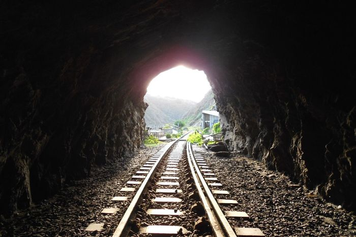 Licht am Ende des Tunnels. South Africa Wilderness Railroad Track Tunnel Light The Way Forward Railway Track Cave Journey Hope Rail Transportation Track