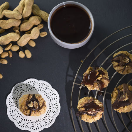 Peanut biscuits view from above Cake Rack Chocolate Chocolate Covered Cookies From Above  Glaze Homemade Paper Lace Peanut Biscuit Peanuts Shortcrust Pastry Vintage Style American Food Baking Black Chopped Nuts Crunchy Food High Angle View Manufacturing Peanut Butter Slate Studio Photography Sweet Sweet Food