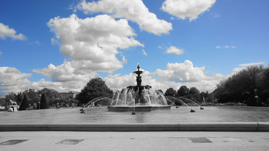 Cloud - Sky Day Famous Place Fountain History Monument Motion Nature Outdoors Scenics Sculpture Sky Splashing Spraying Statue Tourism Tranquil Scene Tranquility Travel Destinations Tree Water